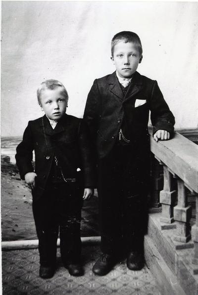 Frå venstre: Knut E. Thorset nordre, fødd 1900 og Jakob Torset, fødd 1895. Dei to gutane var syskjenborn.