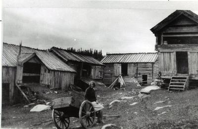 Frå gardstunet til Huso i Eikregrenda i Hemsedal i 1929.