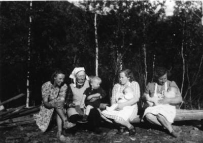 Frå venstre: Bibbi Hennum, Anne O. Tuv med Syver, Oline Tuv med Anne, Birgit O. Tuv med Syver Olav