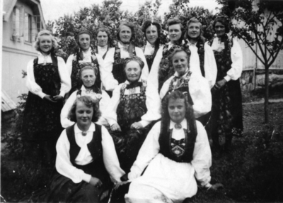 Gjester i bryllaupet til Karen Ransedokken og Olav Ransedokken i 1946.