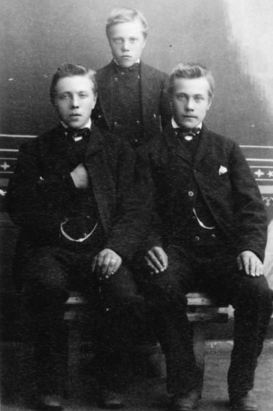 Til høgre: Syver T. Tuv (1869-1909)
