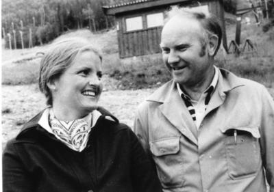 Turistsjef Ragnhild Kvernberg og ordførar Ola Hustad i 1981 i Hemsedal Skiheiser