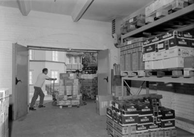 Nestle A/S, Hamar.. Lasting av varer på paller over på lastebil. Transport. Lager.Ukjente lagerarbeidere.