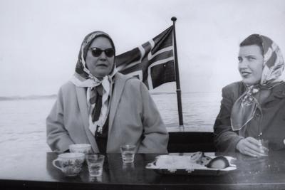 Kirsten Flagstad og hennes datter Else Marie i båten  Nuri