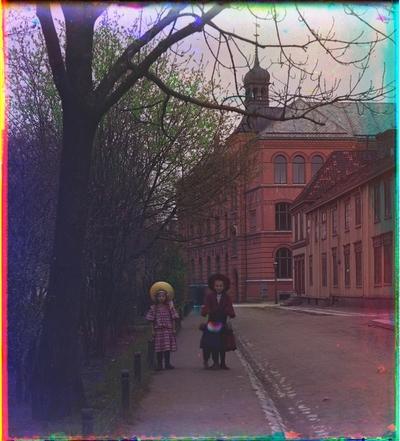 Tre barn går langs en gate i Trondheim.