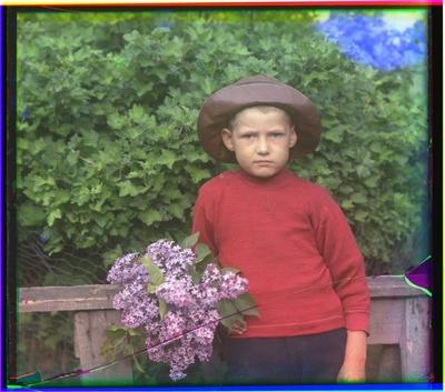 Portrett av en gutt med syrinbukett.