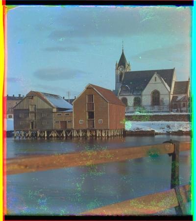 Levanger kirke med brygger i forgrunner, tatt fra brua over Levangersundet.