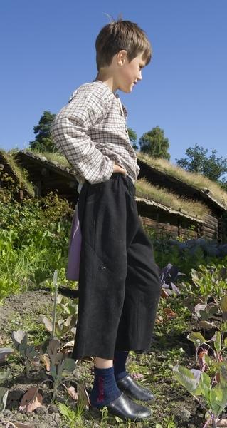 På historisk ferieskole får barn kjennskap til tradisjoner og historie gjennom opplevelser, lek og læring. Gutt fra ferieskolen på Norsk Folkemuseum arbeider i grønnsaksåkeren 1. august 2012.