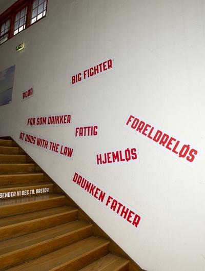 Trappeløp med ord knyttet til barna som havnet på skolehjem. Fra utstillingen om Bastøy skolehjem på Norsk Folkemuseum. Utstillingen stod i perioden 15.12.2010 til 31.12.2011.