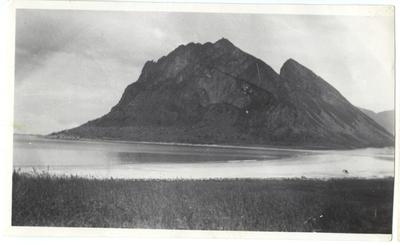 Bø på Engeløya. Blikk fra gården Bakkehaug til Bøsanden og Mjeldberget.