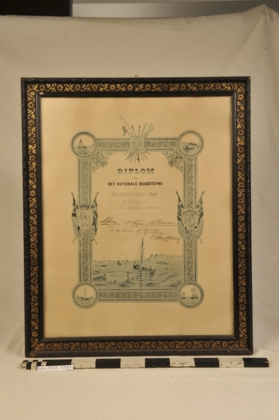 Innskrift:DIPLOM fra DET NATIONALE BAADSTEVNE I TRONDHJEM 1896, Til Erindring for Hr. Kaptein Antonissen, [signaturer] (Primær)