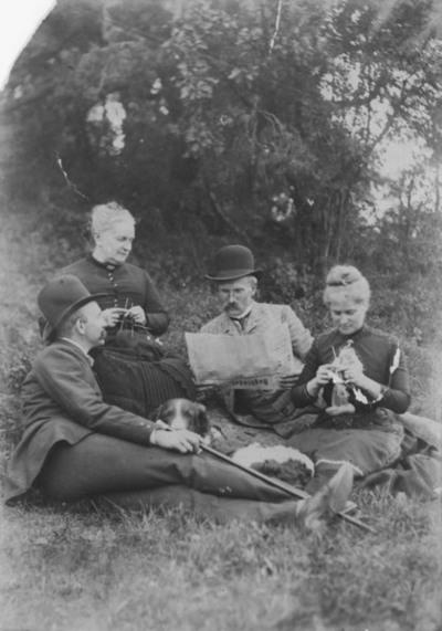 løvskog, gruppe, kvinner, menn, avislesing, dagbladet, strikking, hund