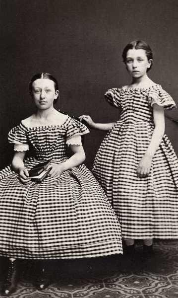 dobbeltportrett, jenter2, stående helfigur