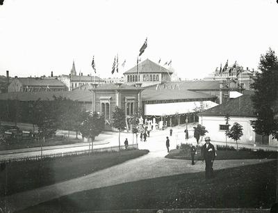 Industri- og kunstutstillingen på Tullinløkka sett fra hjørnet av Slottsparken.