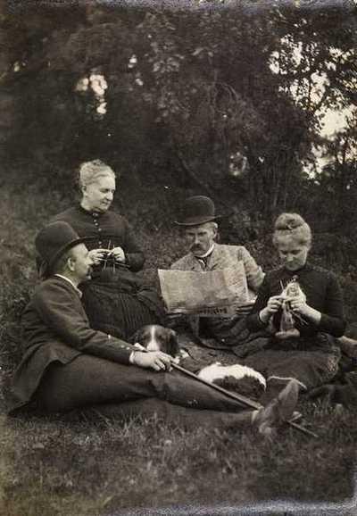 gressplen, kvinner, strikking, menn, avislesning, Dagbladet, hund