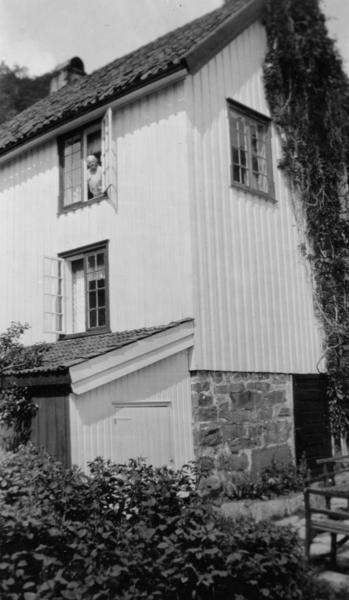 Frøvik gård, 1932. Nanne i vinduet, bryggerhuset.