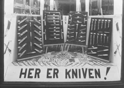 B. Knutsens knivfabrik. Utstillingsvindu hos F. Walseth