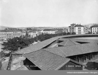 Kontraskjæret med militære haller og lagerbygninger.