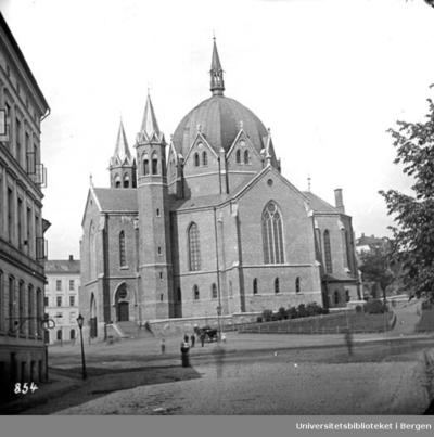 Sentralkirke oppført i nygotisk stil. Arkitekttegninger av Alexis de Chate