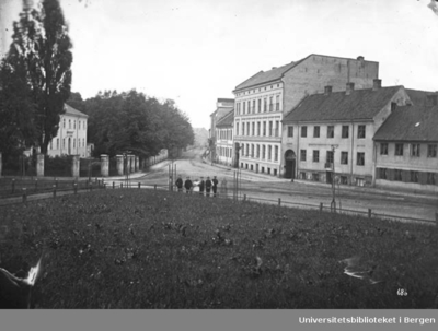 """Akersgata fotografert fra Trefoldighetskirken. Hus nummer tre fra høyre er """"P. Brantzæg orgel & Piano Fabrik"""" Deretter følger """"C.H. Erichsen Snedker"""""""