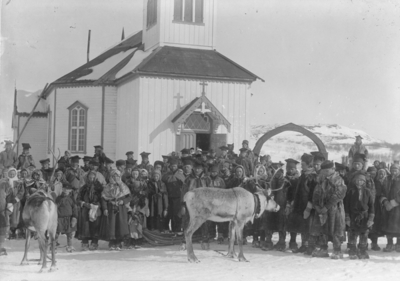 Menigheten utenfor Kirkenes kirke etter gudstjeneste ca 1890