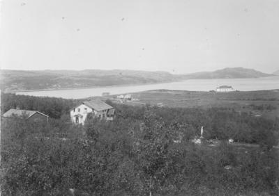 Kirkenes sommeren 1898. I forgrunnen distriktslegeboligen Solheim. Lengst til venstre Tinghuset, i midten Klokkergården og så handelsmann Figenschous bolig. Kirken og Bøkfjorden i bakgrunnen.