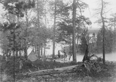 Leir på russisk side nedenfor Grensefoss (Rajakoski) høsten 1898