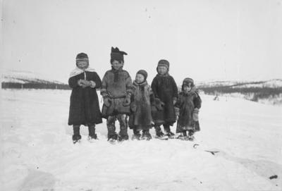 Barn fra Sandnes ca 1900. Fra venstre: Margit Menna, Mathis O. Noste, Inga Menna, Bigga Noste, Ellen Inga Noste.