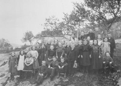 Barn fra Vardø ved feriekolonien Solvang i Jarfjord.