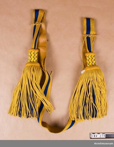 Paradskärp m/1819-29, Paradskärp m/1819-29 för officer : Gjort av blått och gult tvinnat silke i trikå. De yttersta ränderna är gula, c:a 15 mm breda, den mittersta randen är blå i samma bredd. Skärpet är fodrat med ljust läder. Den stela övre delen av tofsen är flätad över trästomme. Dvs. gult silke spunnet över pappremsor, 6 mm breda, korgflätade tillsammans med blå snodd av silke. Stommen fortsätter något under övre delen av tofsen för att föra ut denna. Stommen är då något vadderad och överklädd med blå satin. Tofsar av tvinnat, snott silke, består av ett inre lager blå silkessnodd och ett yttre lager gul silkessnodd. Gulmetallspänne försett med hakar för att reglera skärpets vidd Rulla 1916.