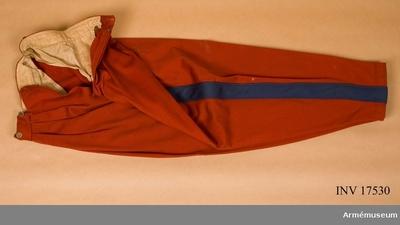 Ridbyxor, Ridbyxor för löjtnant vid 1:a afrikanska hästjägarregementet, Frankrike : Grupp C I. Byxor, off, afrikanskt reg. 1800-t.  Buren av givare såsom löjtnant vid 1. afrikanska hästjägarreg:t åren 1863-65. Av rött kläde med ljusblå revärer, 5 cm breda. Två sidofickor, fyra knappar för sprund och sex för hängslen. Alla knappar av förgylld metall. Fodret är av vitt tyg. Byxorna har små knappar på byxbenens nedre del (innersidan) för hällor. LITT Handbuch der Uniformenkunde. Prof R. Knötel Hamburg  1937  sid 183 Chasseur d  Afrique officer har röda byxor med ljusblå revärer. Enl kapten W Granberg.