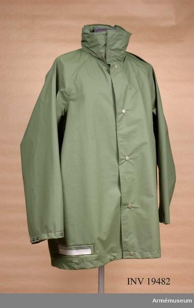 Jacka m/1989, Jacka m/1989 till regnställ m/1990 : M7379-141000-7. Tillverkad av polyuretabelagd polyamidtrikå. Den 3/4-långa jackan har tryckknappsknäppning och fast huva som kan gömmas i kragen. Jackan är märkt med trekronorsstämpel och tillverkningsåret 1989 i Portugal. Storleken skall passa till en person 180 cm lång och 75 kg vikt.