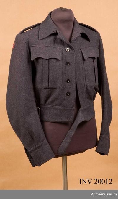 Jacka, Jacka för manskap vid infanteriet, Norge : Grupp C I. Ur uniform 1943 för manskap vid infanteriet i Norge. Blus (kort jacka) av blågrått kläde, enrandig med 5 knappar. Längs nedre kanten en 7 cm bred remsa av samma kläde med dito bälte och spännen. Axelklaffar av samma kläde, l:120 mm, b:50 mm. Fastsydda vid ärmsömmarna och fästade vid vapenrocken med benknappar. Två bröstfickor med inre knapphål och knappar i de med verti- kala motveck utrustade locken. Foder saknas. På klädets innersida finns vid knäppningen fastsydda remsor och två innerfickor av mörktgrått tyg. Knappar: På bröstet 5 st, på locken 2 st, vid ärmuppslagen 2 st. Alla är svarta benknappar. Krage, liggande, med två hyskor och hakar. Ärmuppslagen rakskurna med inskärning och innerknapp. På högra ärmens övre del finns fastsydd tygbit med norska nationalflaggan. På vänstra ärmens övre del finns fastsydd en svart tygbit med ordet
