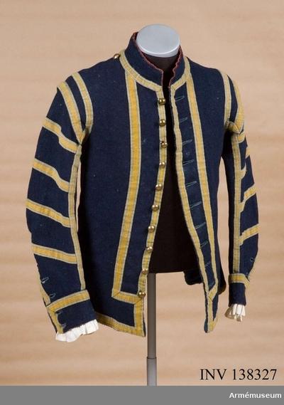 Jacka m/1779, Jacka m/1779 för spel vid Stockholms borgarskaps infanterikår : Jackan är sydd i mörkblå vadmal och kantad md gula galoner. Jackan är odrad med grovt blått ylle i bålen och grovt linne i ärmarna. Nedtill på skörten så sitter två fickor med ovanlig placering. Kragen är fodrad med rött ylle.  Inkom 14/10 1884 från Borgerskapets militärkårer.