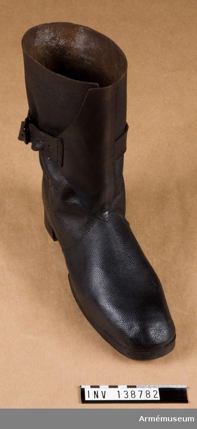 Halvstövel, Halvstövel för Sappörkompani : Grupp C I. Halvstövlar av svart läder med något avrundad tå. Halvstövlar enligt go 30/12 1854.  Inkom 1891 1 st från K.A.I.D. gåva. Inkom 1897 1 st Enl. K.A.I.D. skr 30/9 2200 M., köp.