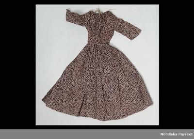 6754968a204b Klänning: DockklänningInventering Sesam 1996-1999: L 35 cm Dockklänning i  tryckt bomull.