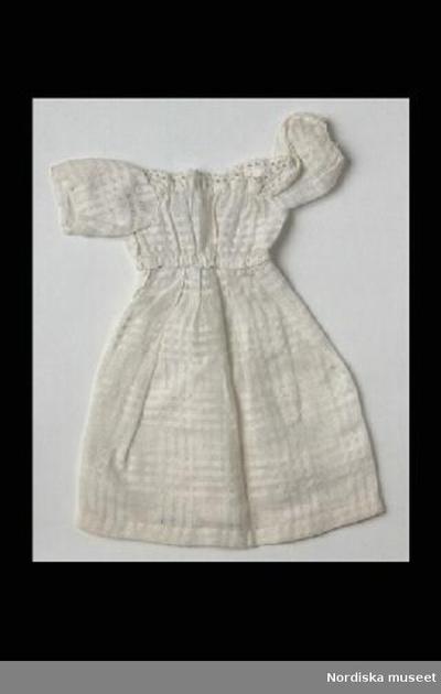 828a0e96b3c9 Klänning: DockklänningInventering Sesam 1996-1999: L 20 cm Enkel vit  dockklänning av vitt