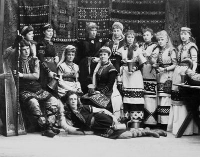 Basar i Stockholms börshus 1885 till förmån för Artur Hazelius och Nordiska museet. Deltagarna är klädda i fornnordiska dräkter.