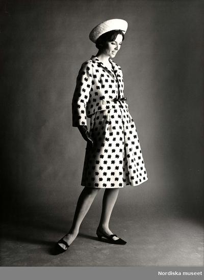 Kvinna i klänning och kort jacka 95cfd02abf263