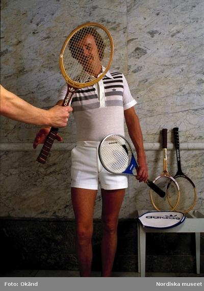 Man i tenniskläder med tennisracket