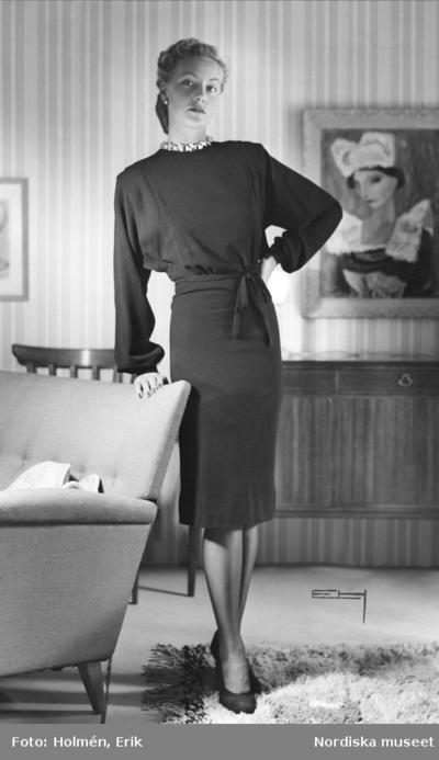 Modell visar en långärmad klänning. Nordiska Kompaniet.