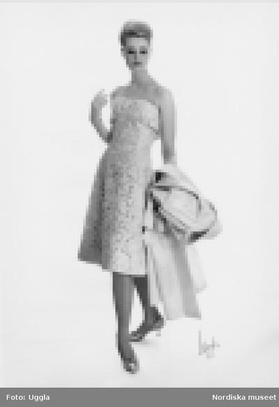 Modevisning, Nordiska kompaniet. Rosa spetsklänning.