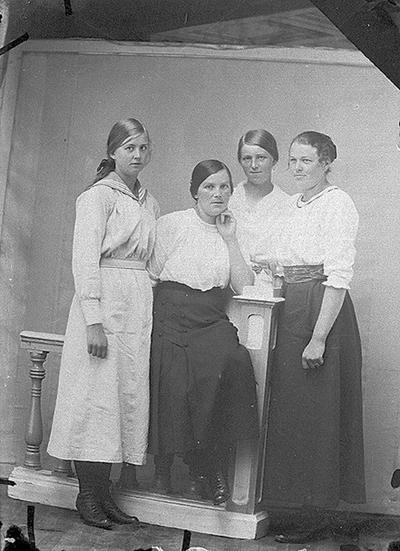 Gruppbild av fyra kvinnor. Sörsjön, Transtrand sn, Dalarna.