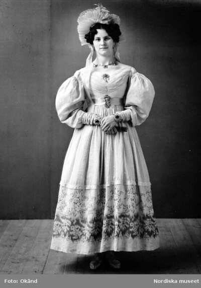 Porträtt. Kvinna i dräkt från 1833.