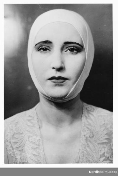 Demonstration av skönhetsvård. Kvinnlig modell vid Elisabeth Ardensalongens öppnande på Nordiska Kompaniet i Stockholm 1933.