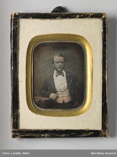 717b2aec6bf6 Kläder : Herrkläder Man Motivkategori : Föremål Motivkategori : Porträtt  Tidsanda : 1800-tal