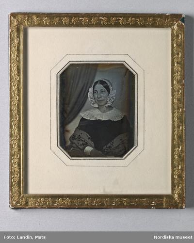 Kläder : Damkläder Kvinna Motivkategori : Föremål Motivkategori : Porträtt Tidsanda : 1800-tal