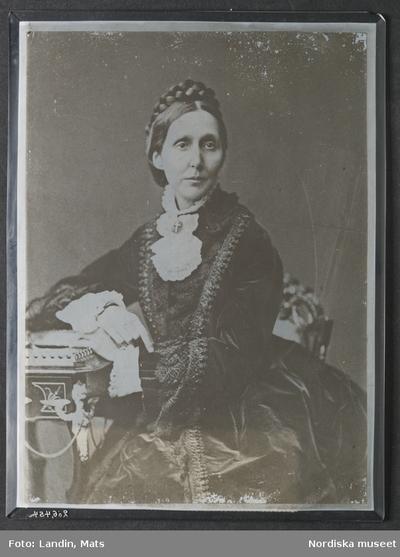 Porträtt av prinsessan Eugenie (1830-89). Fotografi på glas, okänd teknik. Från Oscar II:s skrivrum. Nordiska museet inv.nr 266454.
