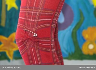 47736ccc734f Dokumentation av ungdomsmode i Täby enskilda gymnasium. Röda strumpbyxor  med rutigt mönster och säkerhetsnål.