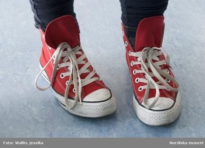 28f3b7b5b97d Dokumentation av ungdomsmode i Täby enskilda gymnasium hösten 2009. Röda  converse-skor.